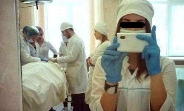 Il ministero chiede di vietare i selfie di medici e infermieri in ospedale