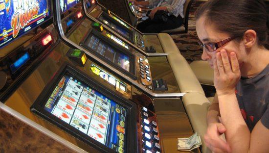 Slot machine, ora il gioco è solo per maggiorenni. Ma la privacy?